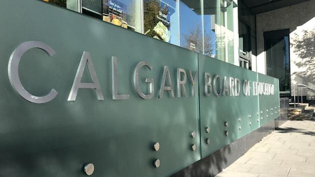 Paneau où il est écrit, en anglais, Conseil scolaire de Calgary.