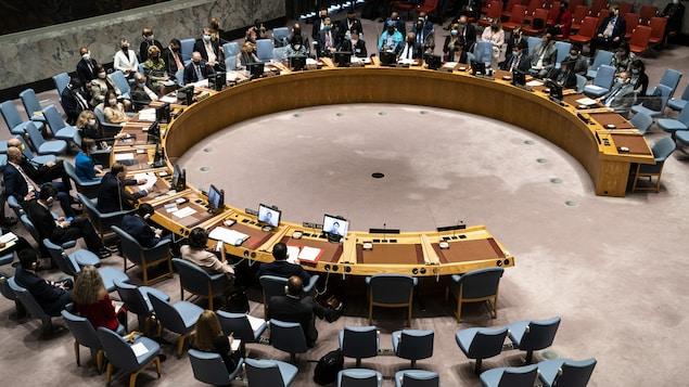 Une vue en plongée de la grande table circulaire du Conseil de sécurité de l'ONU.
