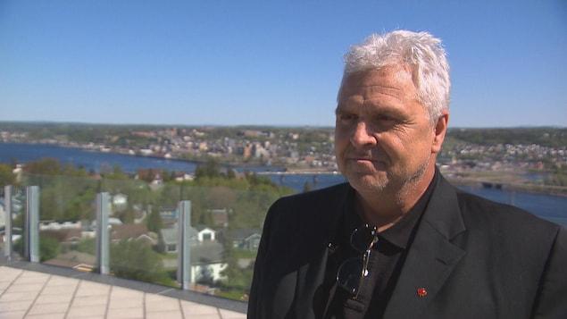 Le conseiller municipal de Saguenay, Marc Pettersen, se trouve à proximité de la Croix de Sainte-Anne.
