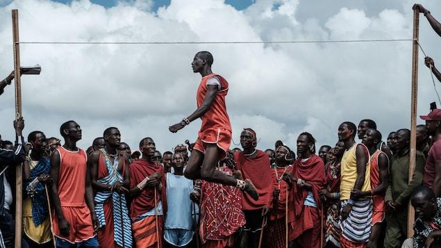 Un guerrier Massaï en pleine compétition du saut le plus haut.