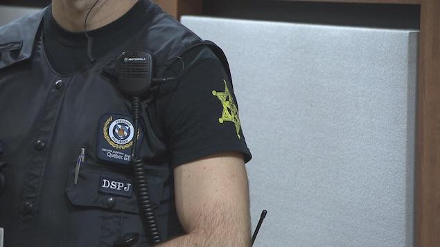 Les constables spéciaux portent des pantalons de camouflage et des chandails arborant une étoile de shérif.