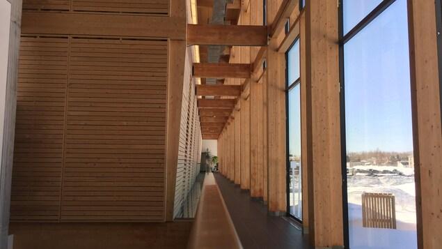 Un des corridors de l'édifice du campus de Rouyn-Noranda de l'Université du Québec en Abitibi-Témiscamingue (UQAT).