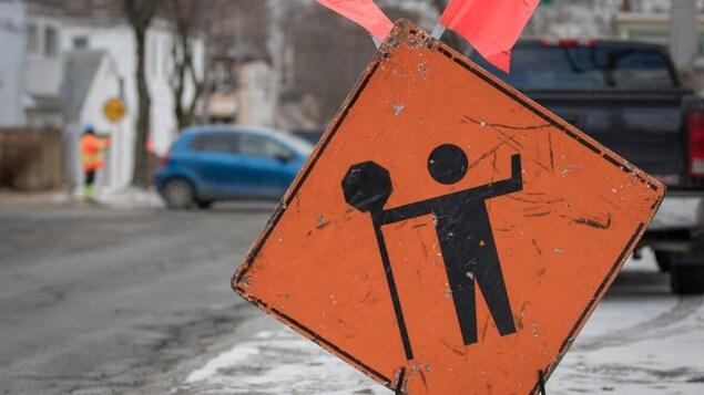 Une affiche de signalisation annonce un chantier de construction.