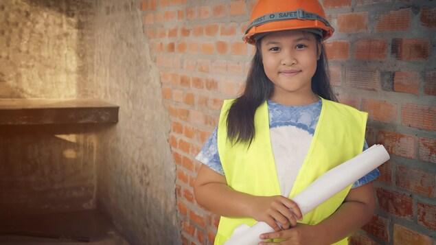 Jeune fille vêtue d'un casque de construction.