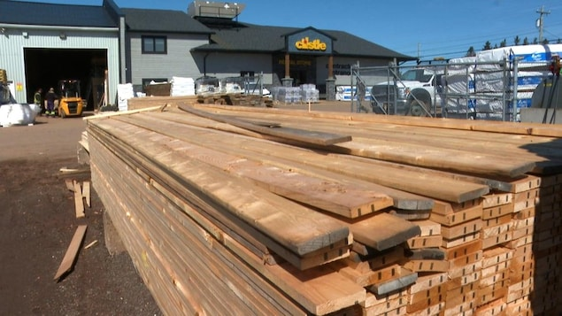 Une pile de planches de bois dans un entrepôt.