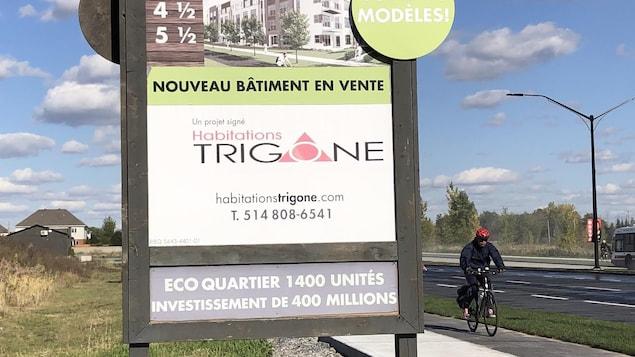 Une affiche qui annonce la construction d'un complexe de 1400 condos.