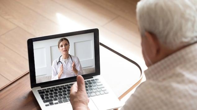 Un homme âgé discute avec une professionnelle de la santé en ligne.