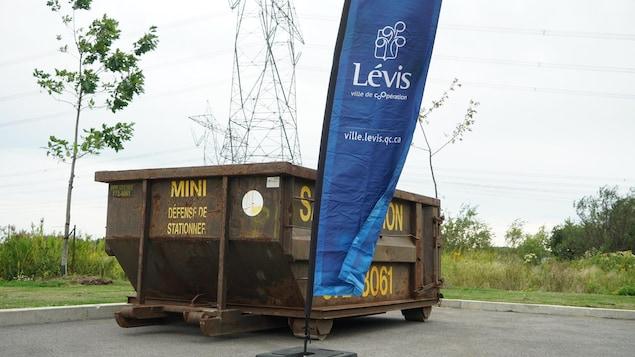 Six grands conteneurs à déchets ont été déplacés dans les stationnements des casernes de pompiers de Lévis.