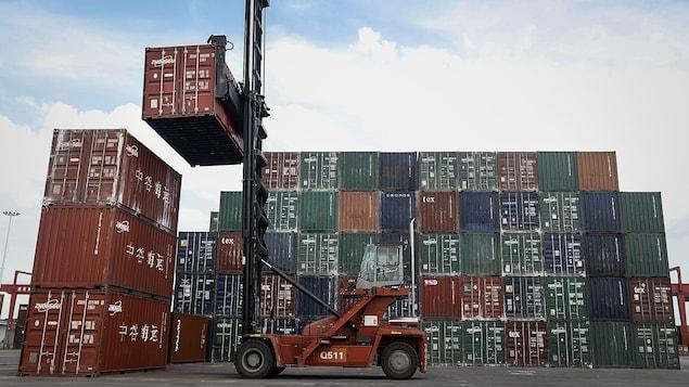 Un chariot élévateur manipule des conteneurs dans le port de Wuhan, en Chine.