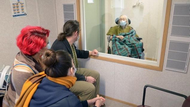 Taimi Norberg reçoit de la visite de ses petits enfants dans un conteneur réinventé.