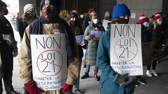 Un regroupement d'opposants à la loi 21 devant l'entrée du palais de justice de Montréal.