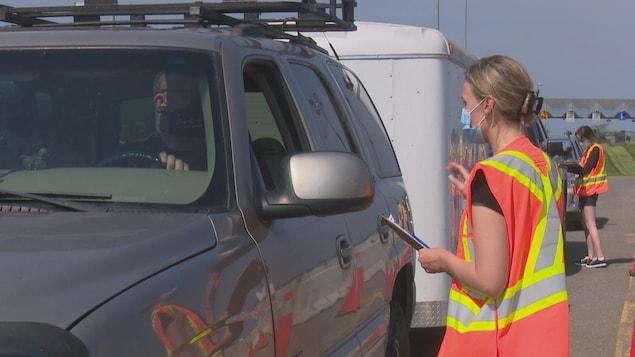 Des automobilistes à un contrôle routier.