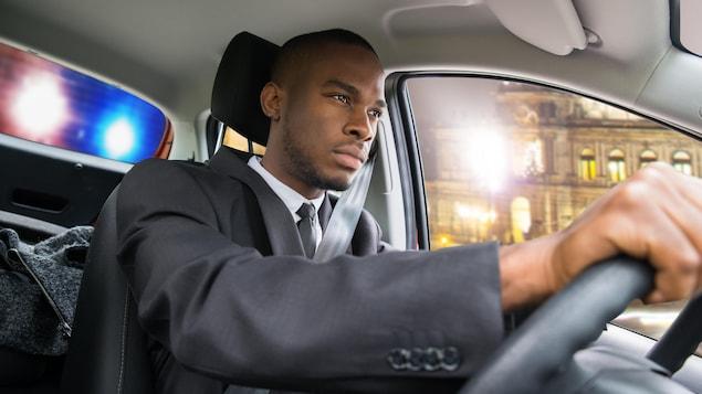 Lumières d'une voiture de police suivant un automobiliste.