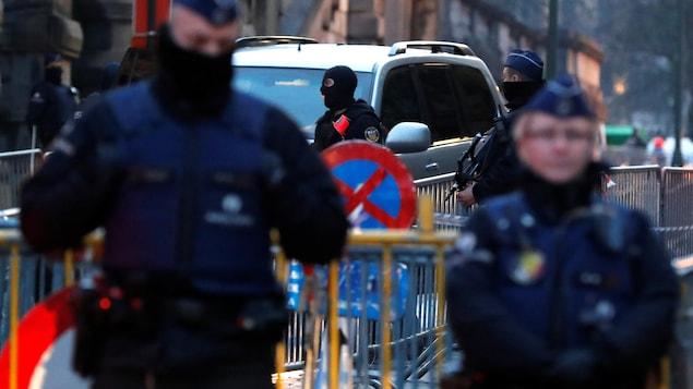 Un convoi qui transporterait Salah Abdeslam, un des suspects de l'attentat du groupe armé État islamique de novembre 2015 à Paris, arrive sous haute surveillance policière à Bruxelles.