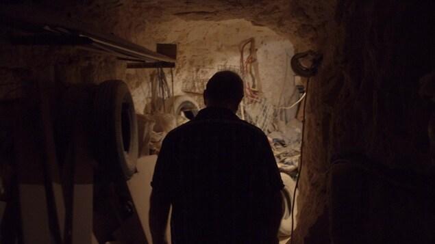 L'ombre d'un homme entrant dans sa maison sous terre