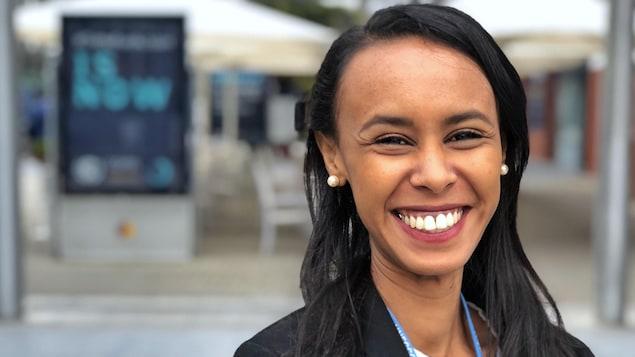 Aicha Ahmed souriant à la caméra.