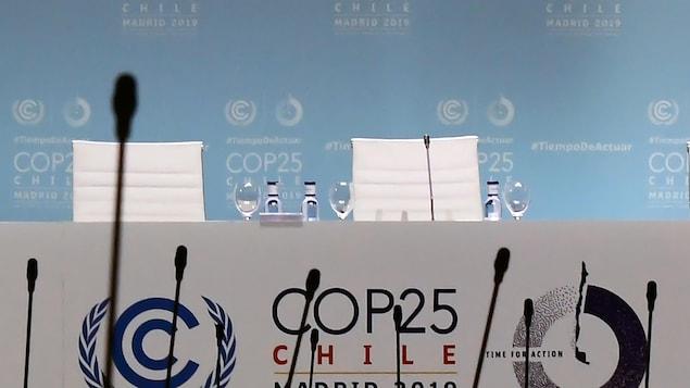 Une table de conférence vide au sommet de la COP25 à Madrid.