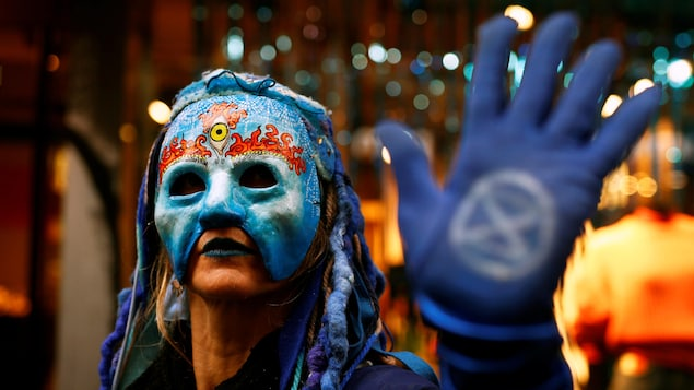 Une manifestante porte un masque.