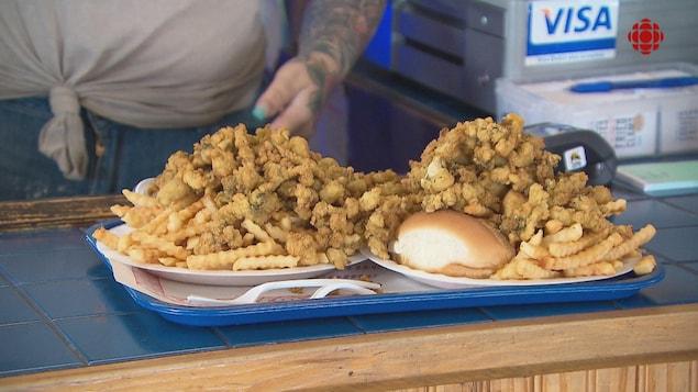 Deux assiettes de coques frites.
