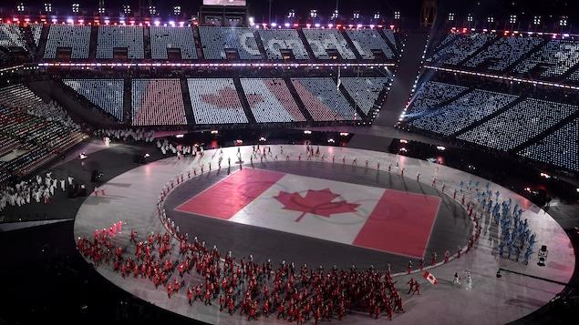 Le drapeau canadien projeté au centre du stade accueillant la cérémonie d'ouverture des Jeux d'hiver de Pyeongchang en Corée du Sud.