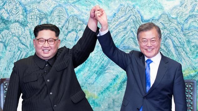 Les présidents coréens Kim Jong-un et Moon Jae-in heureux de leur rencontre..