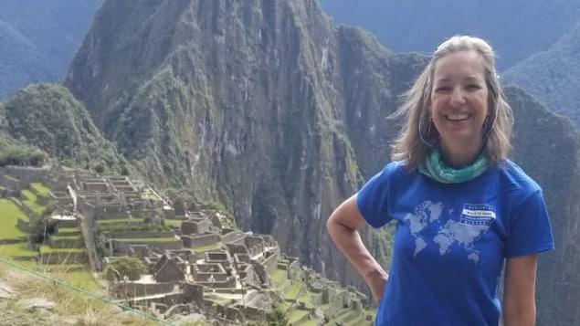 Une dame pose au sommet du Machu Picchu, au Pérou.