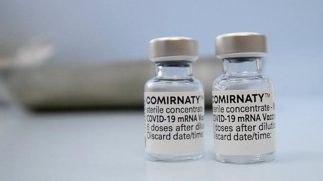 Mga vials ng Comirnaty.