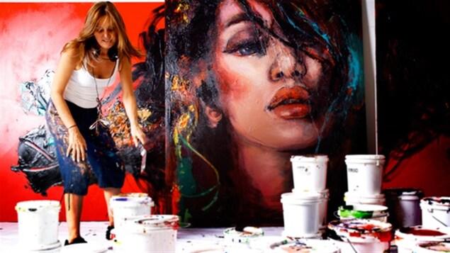 L'artiste Corno à l'oeuvre dans son atelier