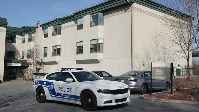 Une voiture de police devant l'entrée du CHSLD Herron, à Dorval.