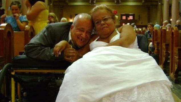 Gina Lepage et René Desmarchais dans une église lors de leur mariage en 2012.