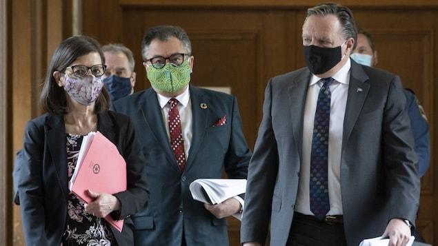 François Legault, Danielle McCann et le Dr Horacio Arruda marchent, masqués, dans un couloir de l'Assemblée nationale.