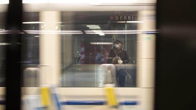 Un homme porte un masque dans le métro de Montréal