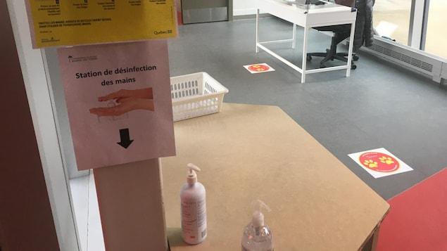 Une table avec une bouteille de détergeant dessus.