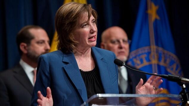 À l'avant-plan, la Dre Nancy Messonnier, s'adressant aux médias en compagnie d'autres responsables américains.