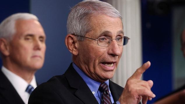 Anthony Fauci lors d'une conférence de presse avec le vice-président américain Mike Pence.