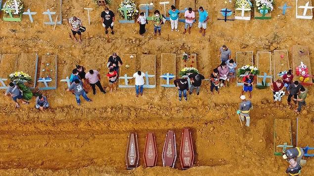 Des cercueils sont enterrés dans un cimetière d'un village au cœur de la forêt amazonienne, au Brésil.