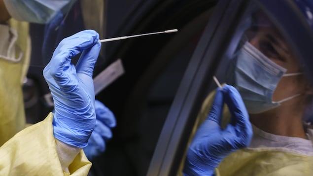 Une infirmière s'apprête à effectuer un test de dépistage sur un patient.