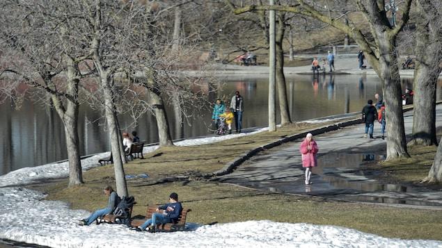 Des gens assis dans un parc.
