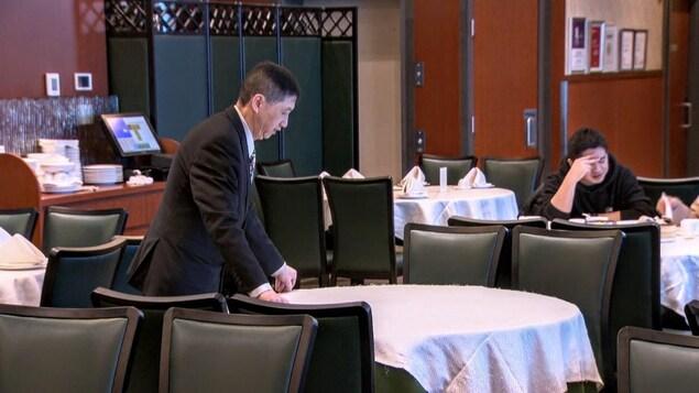 Un serveur prépare une table.