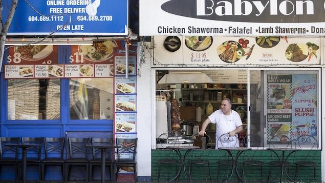 Un restaurateur de Vancouver attend des clients dans son restaurant vide
