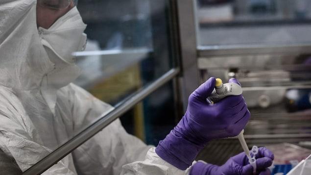 Un scientifique travaille dans un laboratoire.