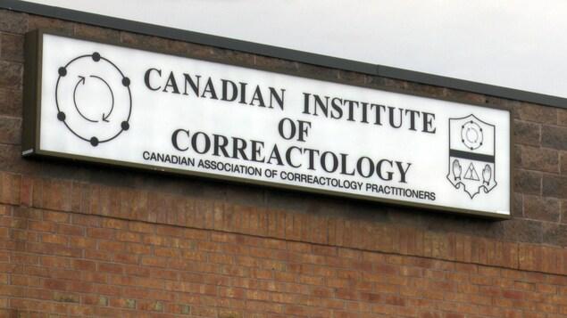 Une pancarte avec les insignes de la corréactologie.
