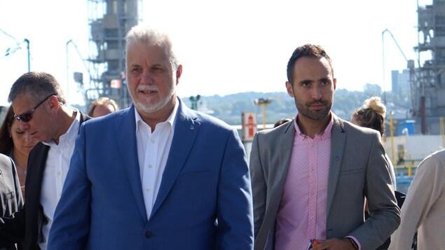 Les deux hommes marchent côte à côte.