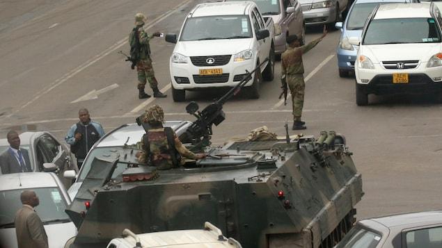 Des militaires patrouillent dans les rues de la capitale du Zimbabwe, Harare, le 15 novembre 2017.
