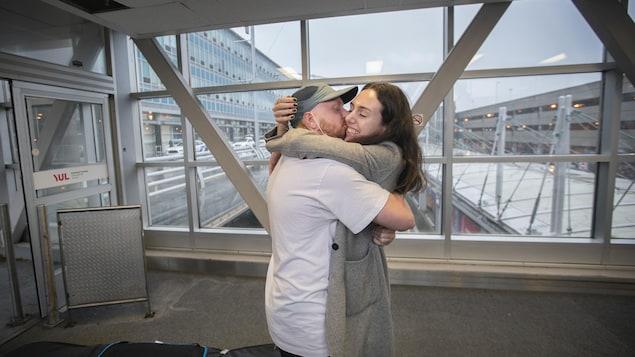 Adam Kudnig, qui serre dans ses bras son amoureuse, Laurence Fafard, à son arrivée à Montréal.
