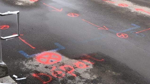 Une cour d'école avec du marquage fait à la peinture.