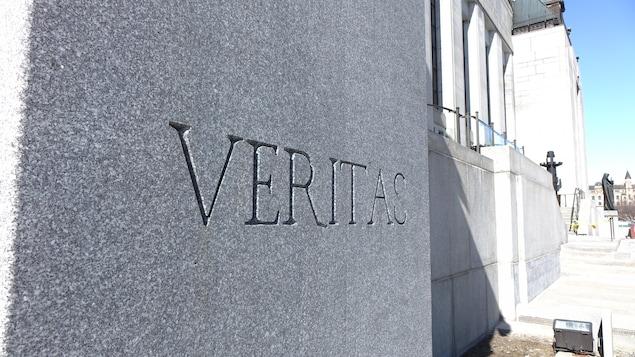 L'inscription VERITAS est gravée dans un mur de la Cour suprême.