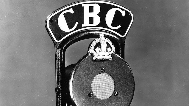Plan rapproché du micro de CBC avec une couronne sur le dessus.