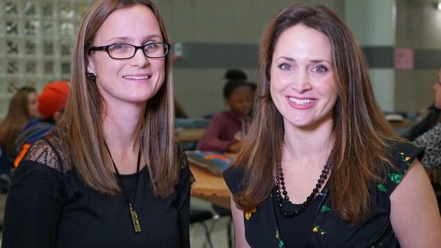 Portrait de deux femmes souriantes