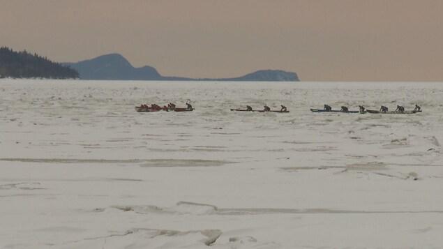 Des participants à la course de canot à glace du RikiFest, le festival d'hiver de Rimouski